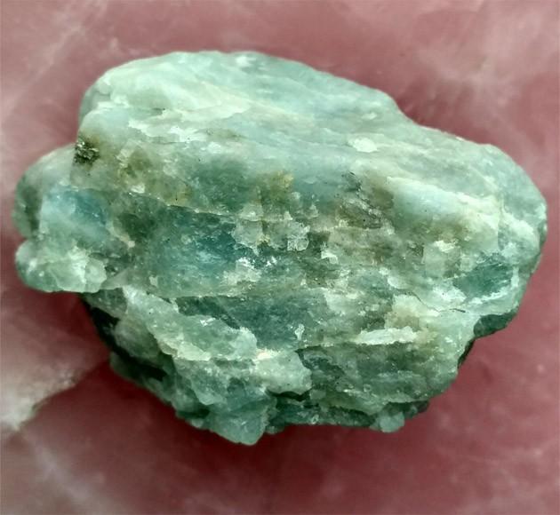 зелёный не обработанный кам