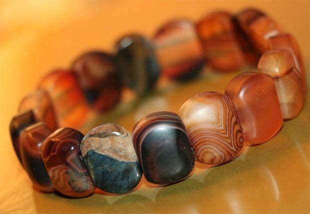браслет с чёрным камнем