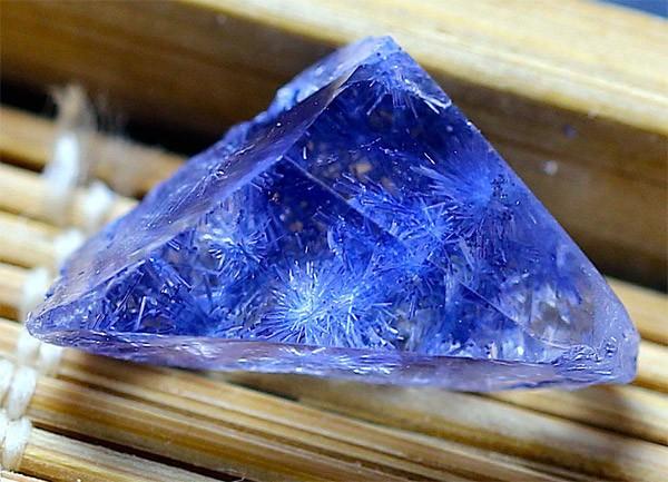 минерал-в-кварце