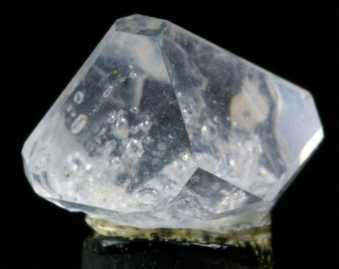 бесцветный камень