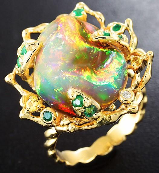 золотой перстень с опалом